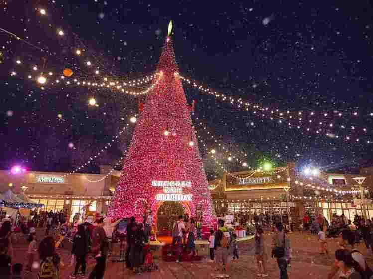 桃園華泰名品城耶誕村每到傍晚還會降下白雪。圖/華泰名品城提供