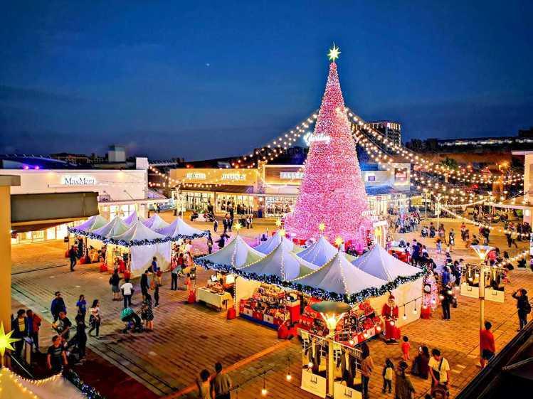 桃園華泰名品城耶誕檔期打造飄雪耶誕村,有高達18公尺的耶誕樹造景。圖/華泰名品城...