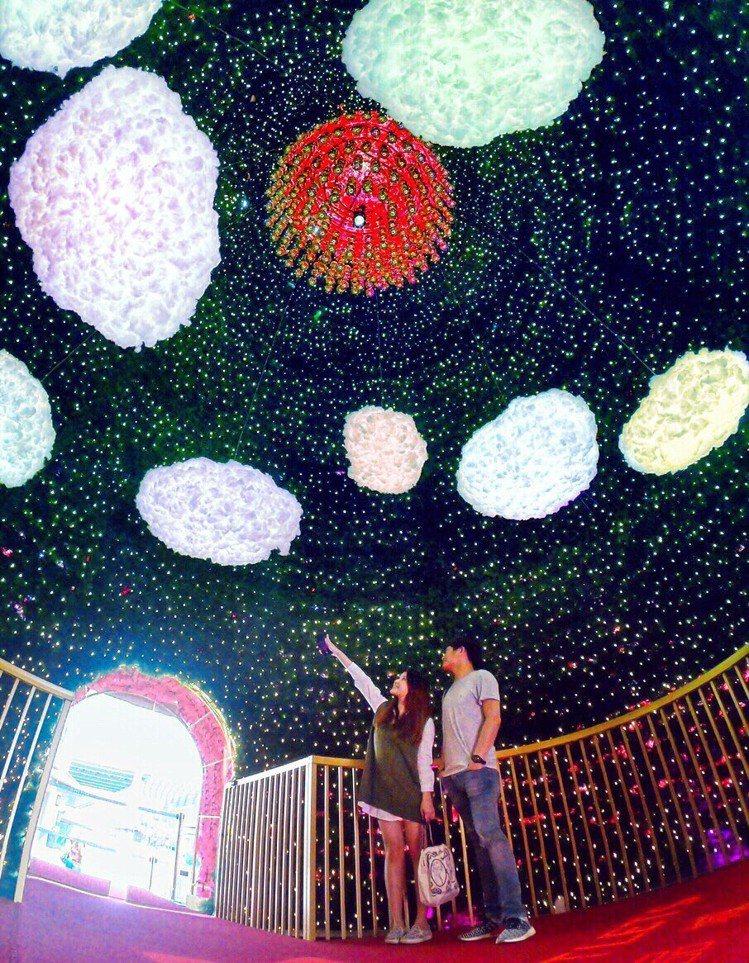 民眾可「穿越」奇幻聖誕樹,體驗仰望萬點星光的璀璨美景。圖/華泰名品城提供
