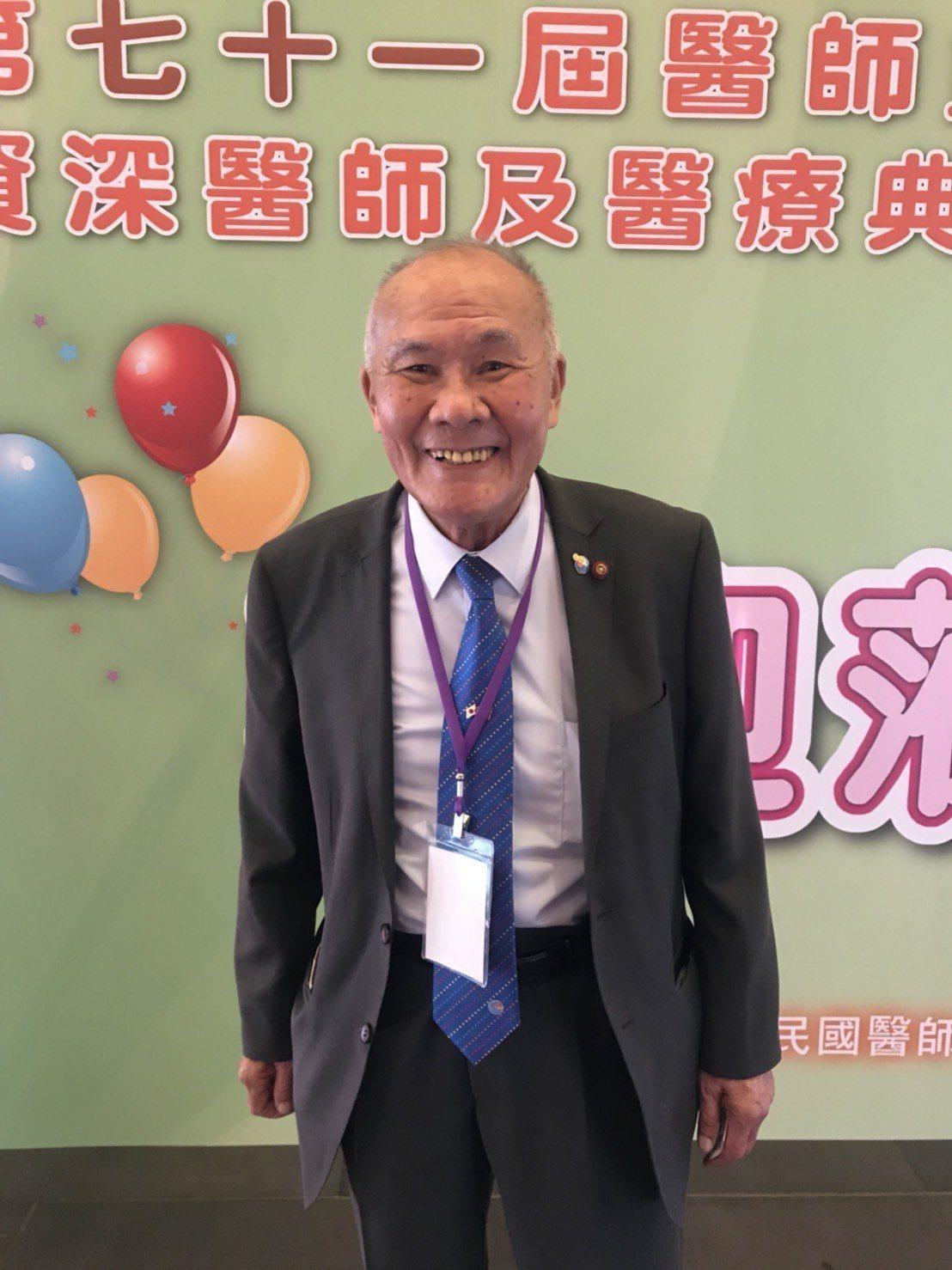 第71屆醫師節慶祝大會今天在圓山飯店舉行,其中獲獎的百歲人瑞陳奎村(日文名:田中...