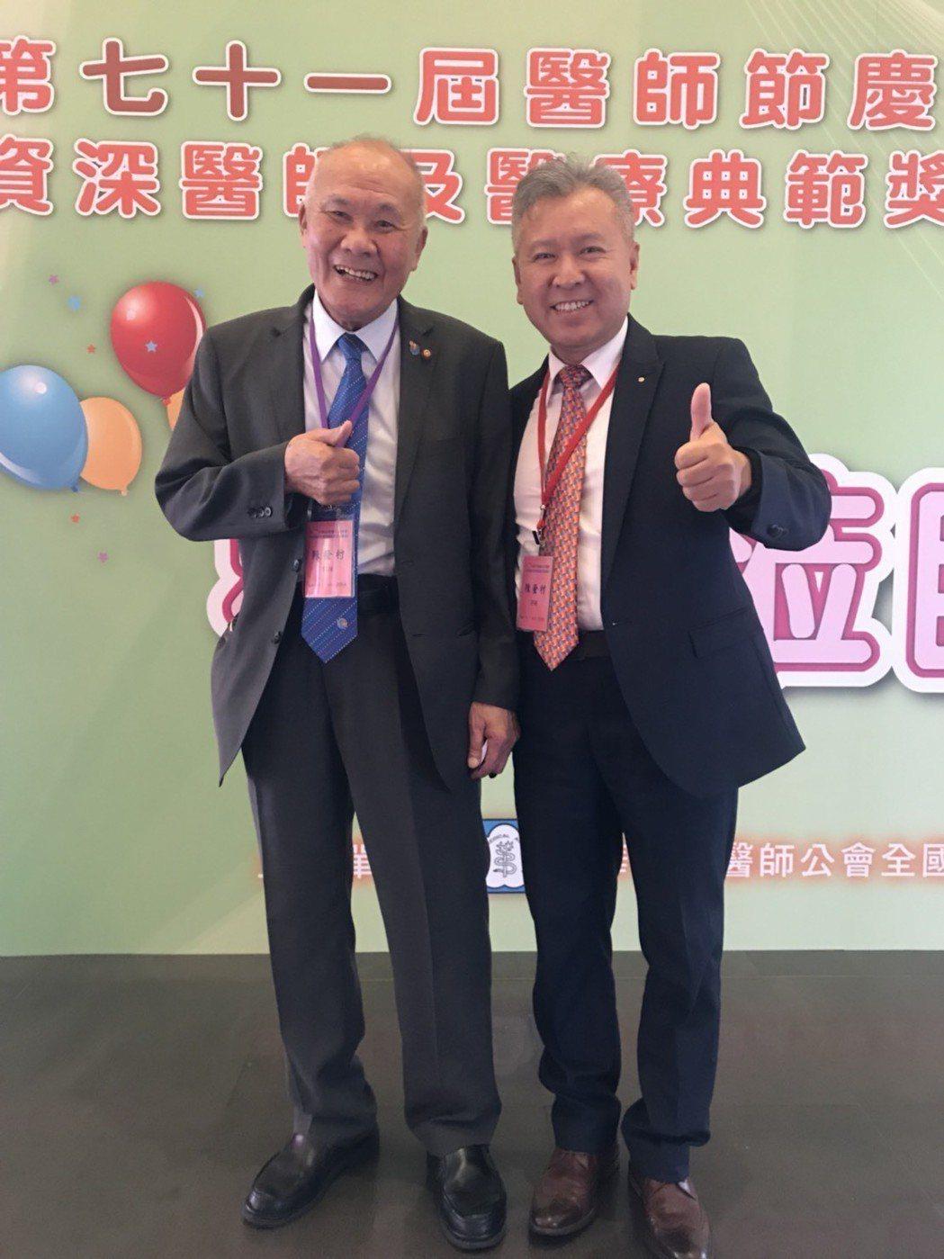 2年前回台的陳奎村(圖左),目前在新北中和區的診所擔任「長春部部長」,一週5天看...