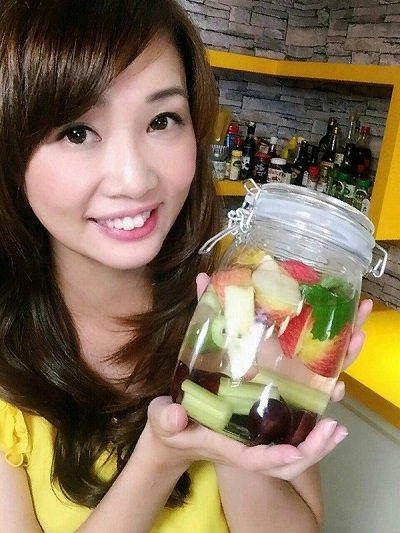 趙函穎營養師建議民眾自己做「水果水」,把水果切塊或切丁丟進開水中,開水就會有水果...