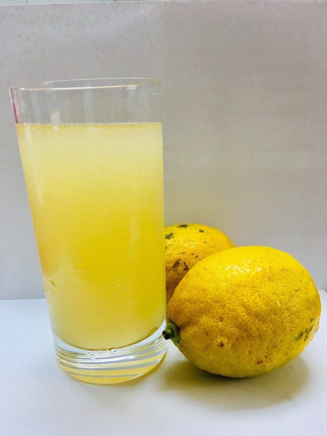 無黨籍台北市長候選人吳蕚洋在電視辯論會的一席話,帶起喝「蜂蜜檸檬」的熱潮。 記者...