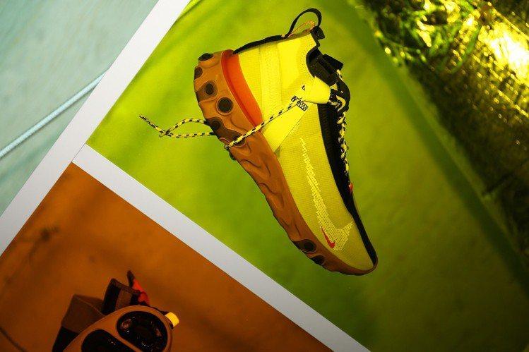 Nike React LW WR Mid ISPA的鞋面設計完全符合內部防水內襯...