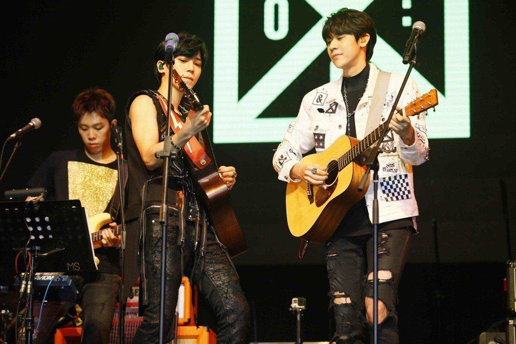 畢書盡(左)和師弟李玉璽帶來雙人木吉他合唱。圖/KKLIVE提供