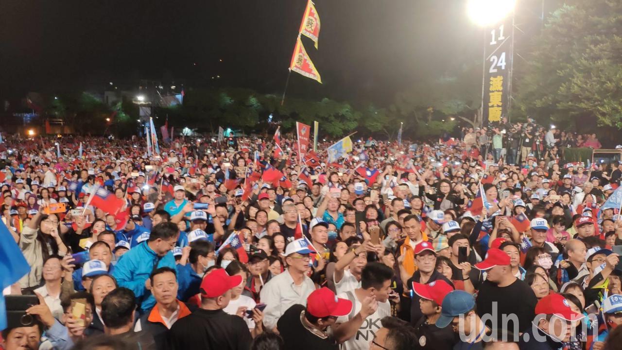 韓國瑜到桃園造勢,現場擠進上萬人,韓光是進場短短百公尺 ,就花了半個多小時。記者...