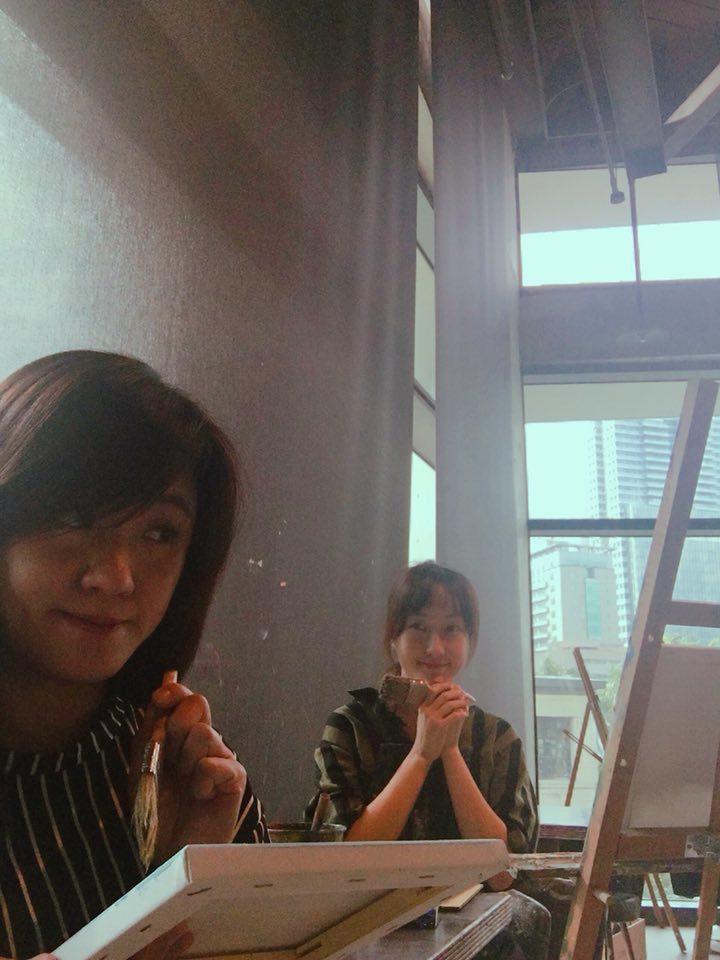 海芬(左)與巴鈺相約畫畫。圖/摘自臉書