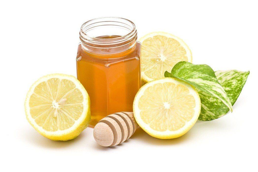 專家建議,若想多補水,可浸泡水果丁做成「水果水」。 圖/123RF