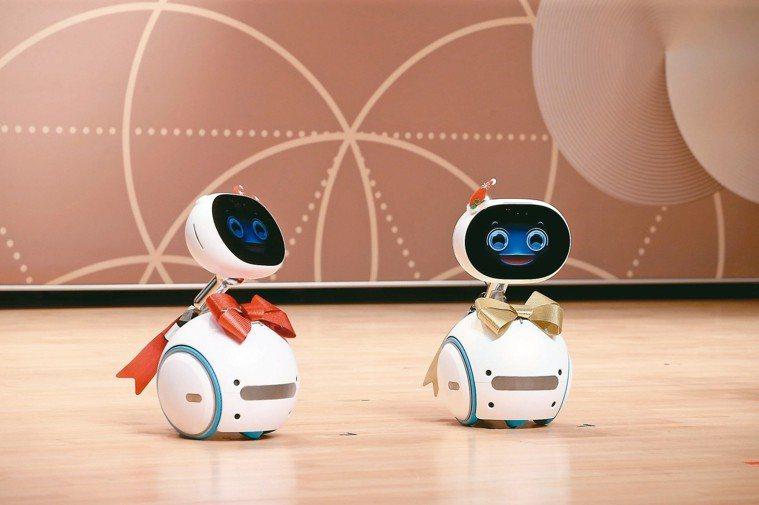 外型可愛的華碩機器人Zenbo化身助理主持人。 記者余承翰/攝影