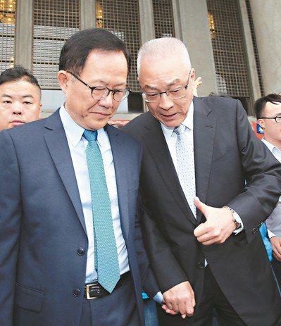 國民黨台北市長候選人丁守中氣勢上來,讓綠營支持者有危機感,也引爆棄保話題;右為國...