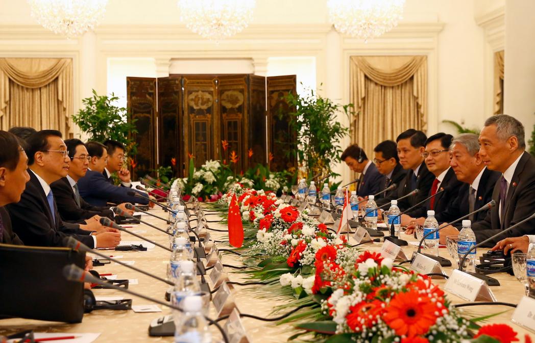 大陸國務院總理李克強(左二)與新加坡總理李顯龍(右一),12日在東協峰會場邊開會...