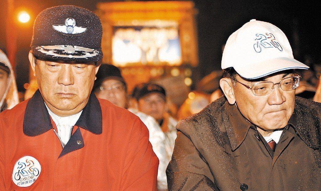 2004年敗選後,連戰(右)、宋楚瑜與國親立委在民主廣場靜坐表達無言抗議。 圖/...