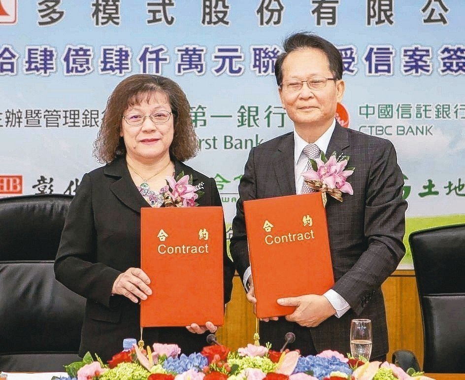第一銀行總經理鄭美玲(左)與承業生醫董事長李沛霖簽下24.4億元聯貸合約。 一銀...