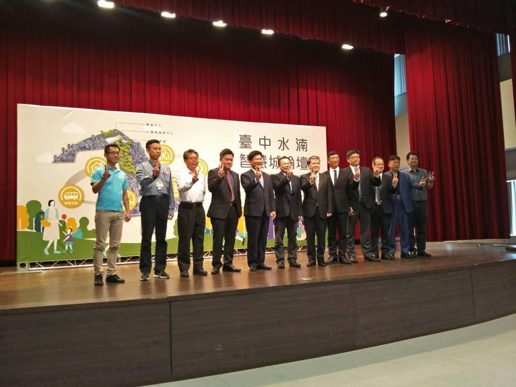 台中市長林佳龍(左五)與出席貴賓合影。 台中市政府/提供
