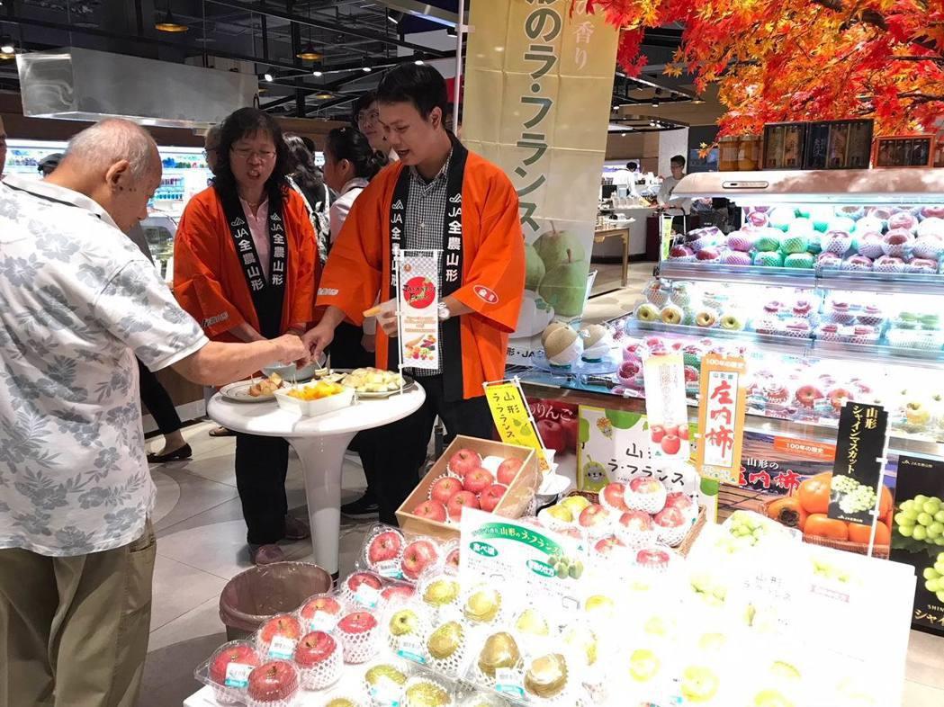 在台北微風超市登場的日本山形縣農產品品嘗會,「蘋果」及「西洋梨」等秋季水果受歡迎...