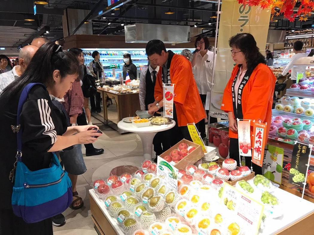 山形縣農產品品嘗會在台北微風超市舉辦,贏得消費者廣大回響。項家麟/攝影