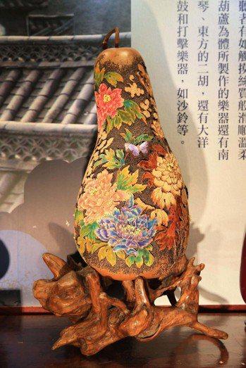 台灣最大、近百公分的葫蘆雕刻作品「祥瑞」首度亮相。 圖/智冠提供。