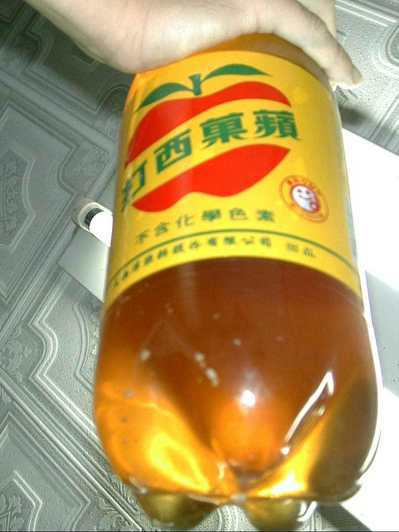 大西洋飲料公司製售寶特瓶裝蘋果西打(2000mL)出現變質與異物沉澱,新北市府衛...