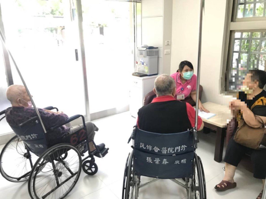 管理師在中心與個案及家屬討論。 阮綜合醫院/提供。
