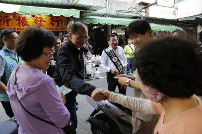 行政院長游錫堃今(13)日陪同嘉義市長涂醒哲車隊掃街、場拜票。 張傑/翻攝