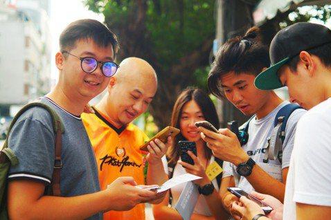 「貧型世界」遊戲在台北車站周邊進行,玩家走訪議題現場。圖/聚樂邦提供