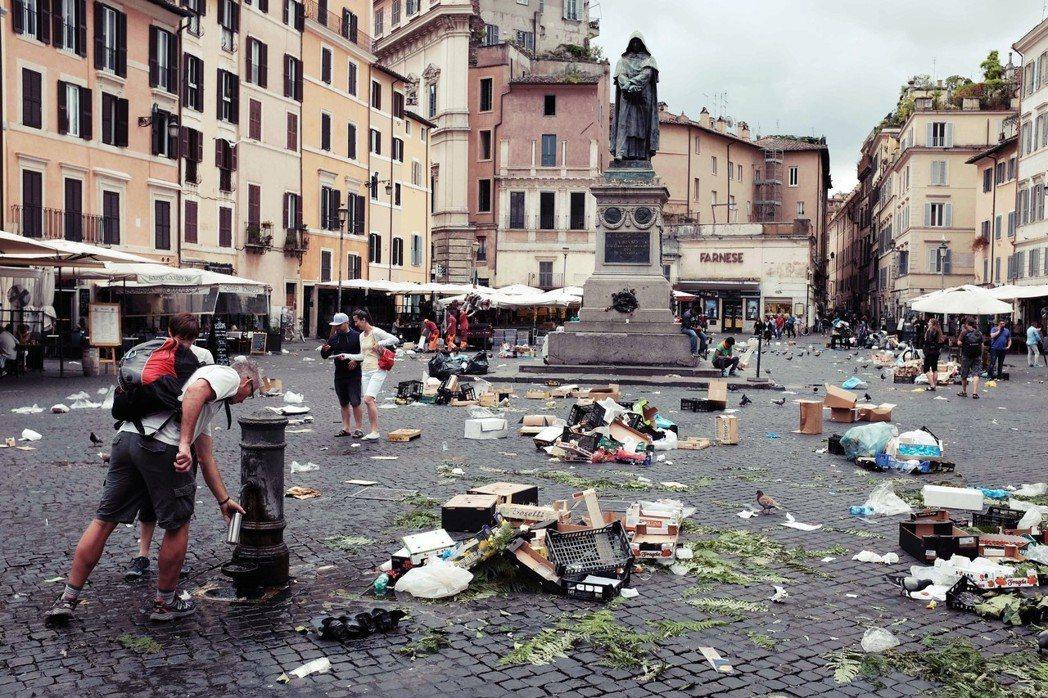 羅馬街頭的垃圾問題嚴重,然而垃圾清理生意常有黑手黨插手,而當政府戮力於清除黑手黨...