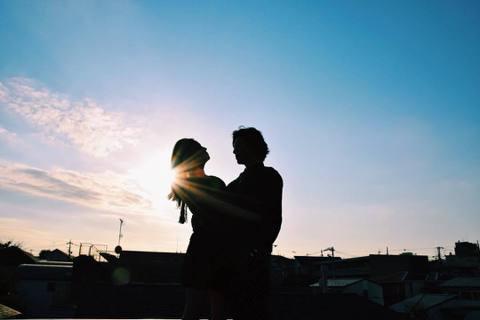 木村拓哉15歲女兒木村光希先是以模特兒身分出道,再踏入演藝圈,參加活動總能大量關注,堪稱「超強星二代」。而今天是她的男神老爸木村拓哉46歲生日,光希在IG上曝光與父親緊貼相對的剪影合照,父女首同框數...
