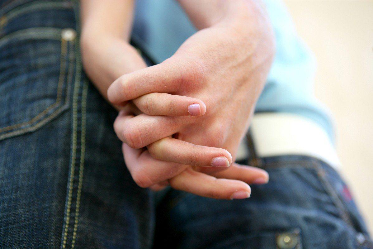 一名女網友意外發現男友的母親交往的對象,竟然是她的父親。 圖/ingimage