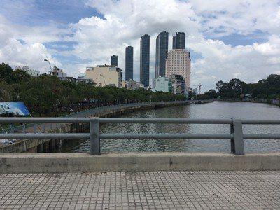 胡志明市裡常有河川橫亙,橋梁及河畔道路是連接胡志明市各郡的重要交通樞紐。圖為第五...