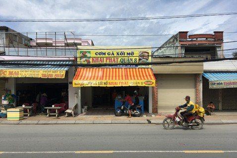越南的店家基本上都會將地址印在自己的招牌上,從都市到鄉村,甚至連柬埔寨的金邊都有...