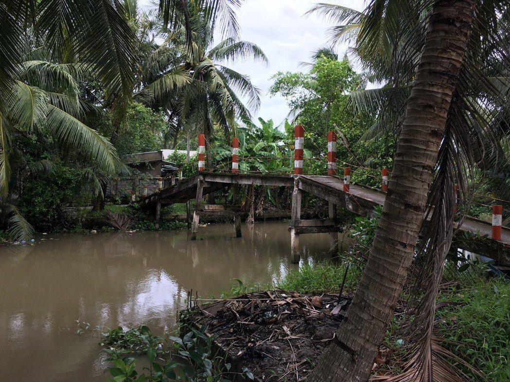 在越南的迪石市,基本上內陸的房屋都是低矮且沿著河畔興建,不僅道路小條,橫向連結也...
