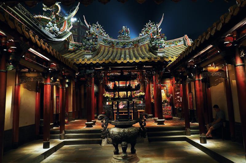 黑夜中,朝天宮屋脊上細緻的剪黏藝術,在光束的襯托下,更顯立體尊榮。