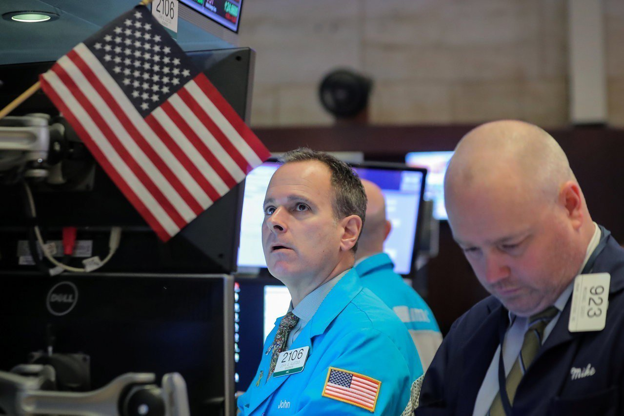 蘋果、高盛股價重挫,拖累美股周一走低。 路透