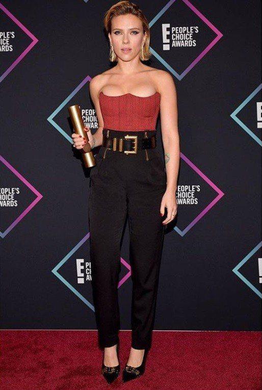 史嘉蕾喬韓森穿Versace早春紅黑色格紋馬甲上衣出席全美觀眾票選獎,搭配黑色高...