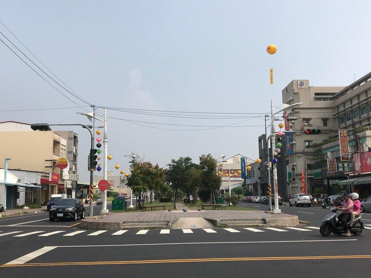 東港鎮光復路總長度2公里、路寬40米,沿途會經過著名的海產街並延伸到東隆宮。記者...