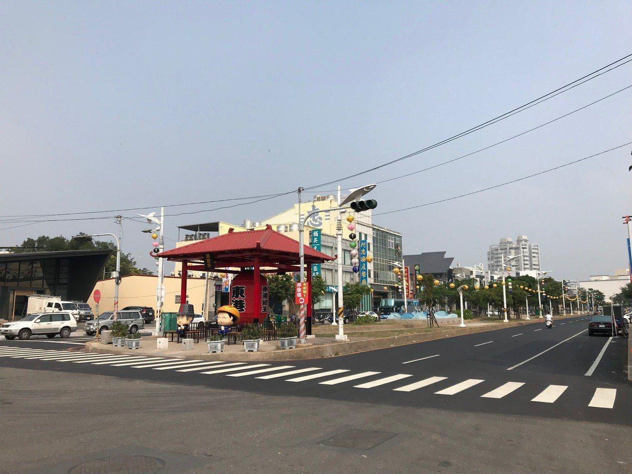 東港鎮光復路沿途景觀綠帶都不准懸掛廣告物,也因此沒有看到競選相關旗幟或布條。記者...