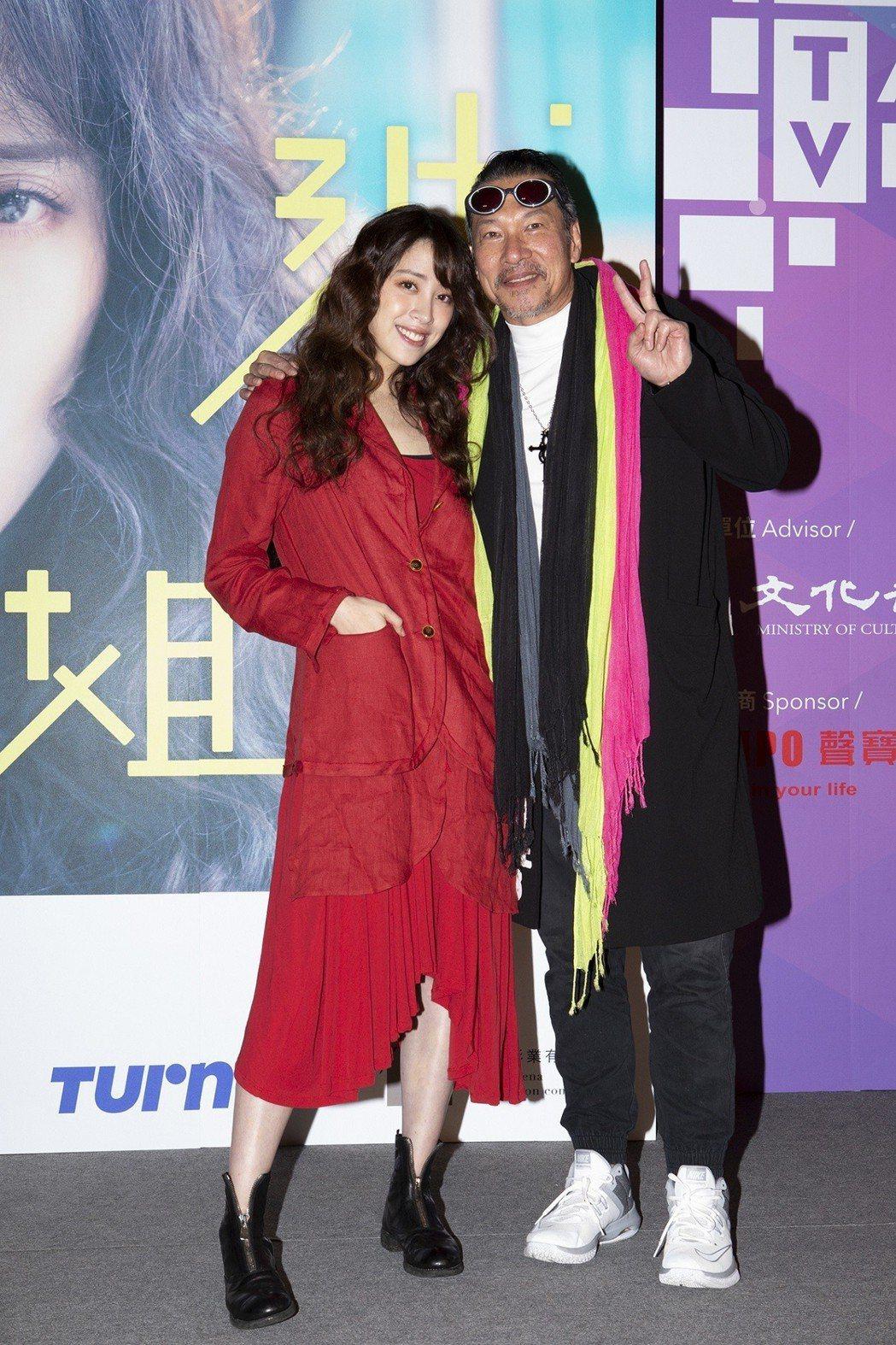 歐陽妮妮(左)與爸爸的好友黃仲崑合作「腦波小姐」。圖/麗象影業提供
