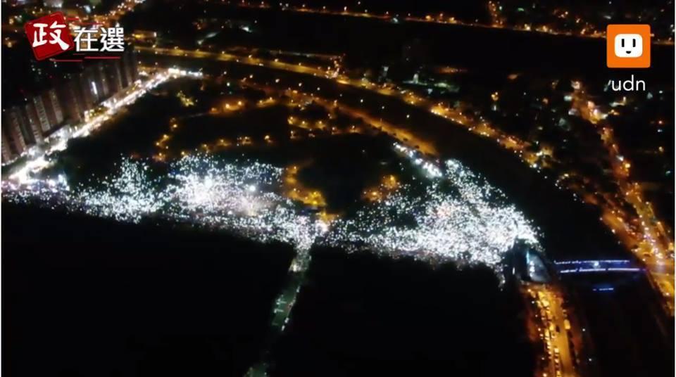 國民黨高雄市長候選人韓國瑜晚間近8時現身岡山造勢晚會,在現場的「夜襲」軍歌中進場...