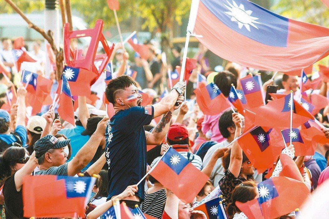 國民黨高雄市長侯選人韓國瑜昨晚在岡山舉辦造勢大會,傍晚時分現場已湧入大批支持者。...