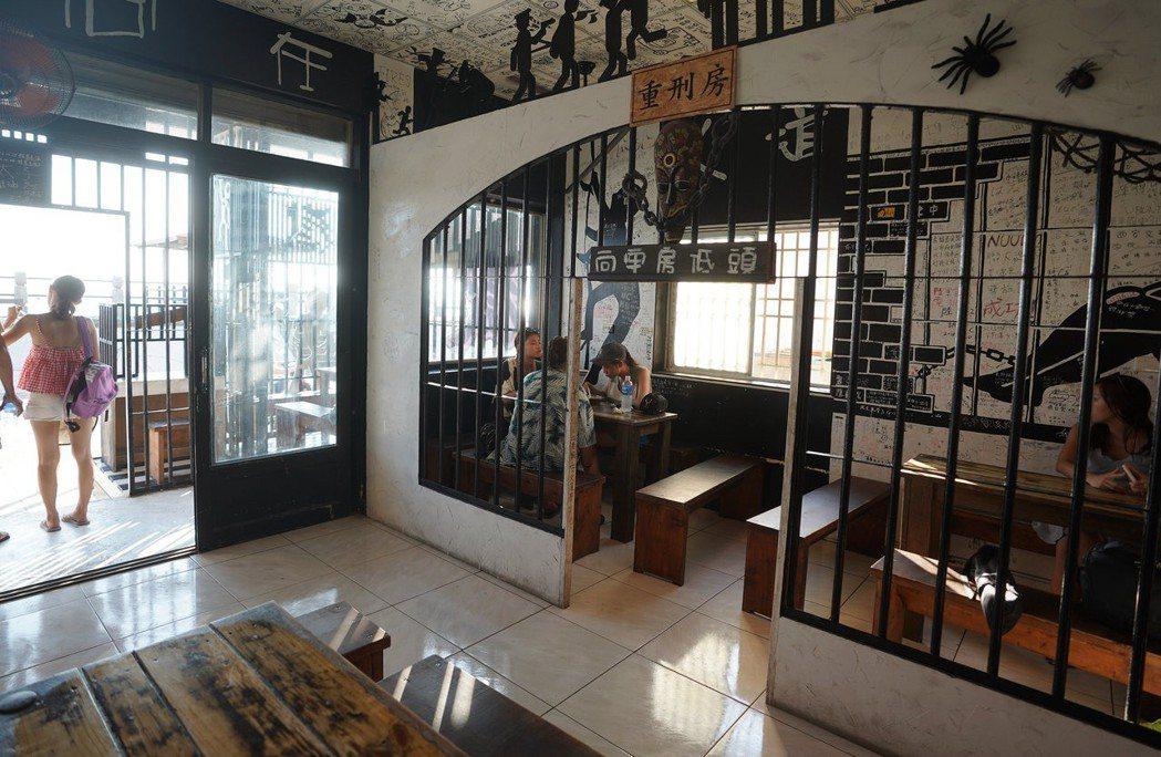 綠島的監獄歷史久遠,島上監獄風格的餐廳、冷飲店等成為一大特色,吸引遊客光顧。 (...