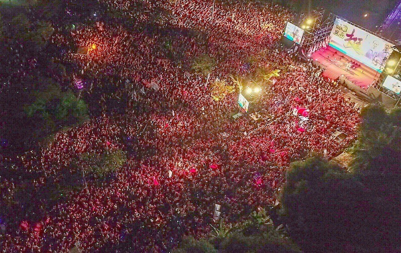國民黨高雄市長候選人韓國瑜晚間在岡山舉辦造勢晚會,現場湧入大批民眾熱情高喊「凍蒜...