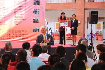 金屬研究發展中心董事長林仁益(西裝者)致詞時表示希望協助年輕學子們畢業即可就業,...