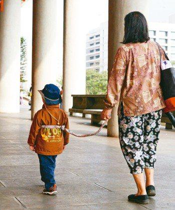 0至6歲孩童受虐比率逐年上升,相對易遭忽略,兒盟今年起改以帶著服務與補助貼近案家...