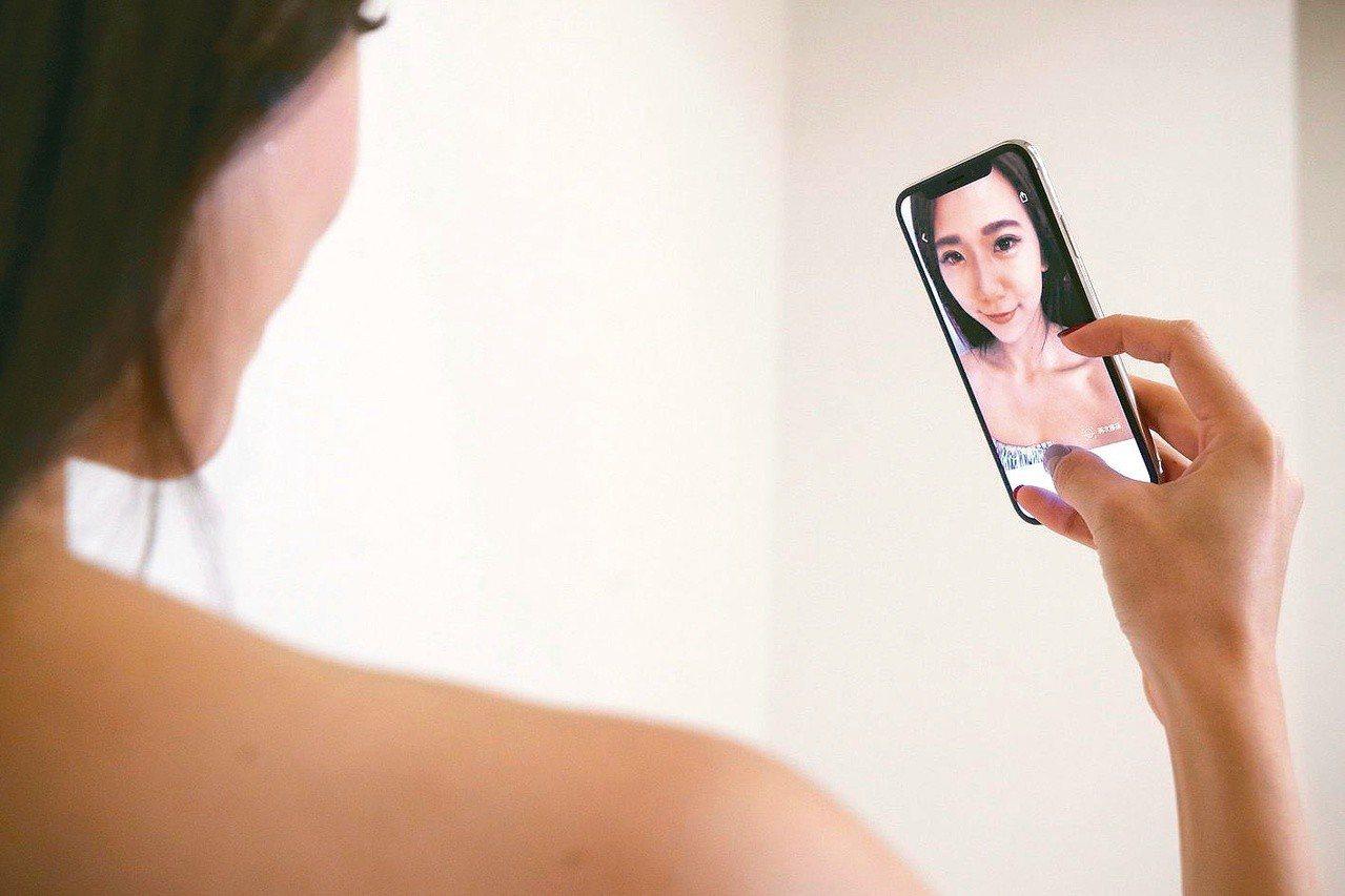 國內科技業者、新創團隊及邱昱勳共同開發一款App,術前將挑選的五官放在螢幕上的臉...