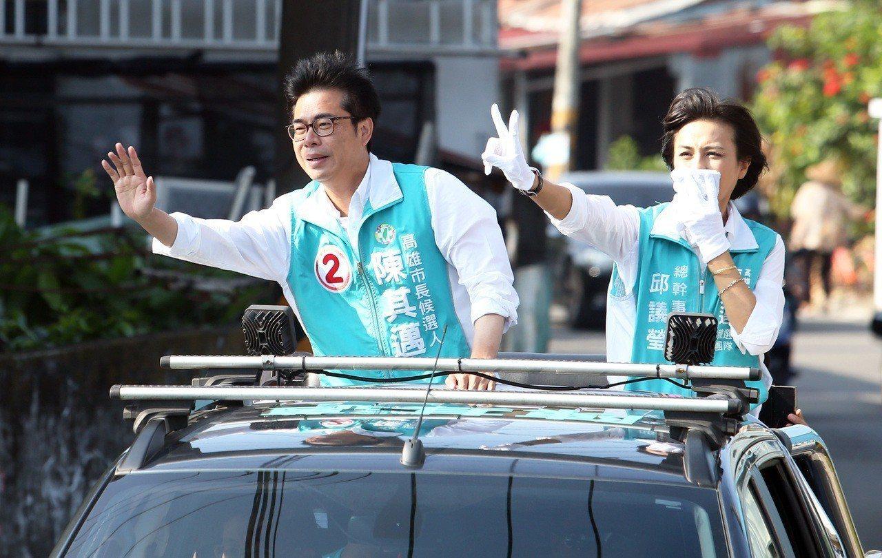 選戰剩最後十天,民進黨高雄市長候選人陳其邁(左)今天上午在旗山地區進行車隊掃街拜...