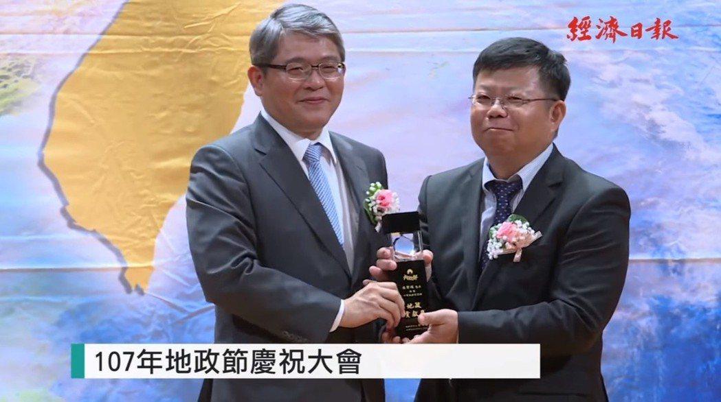 內政部次長花敬群(左)。
