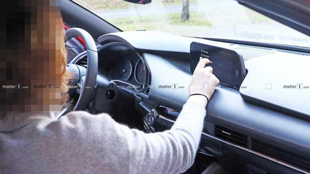 冷氣出風口也改為長條式,中控螢幕則是增大許多。 摘自Motor1