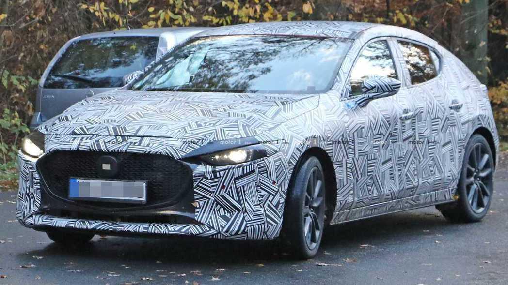 新Mazda 3的大燈面積縮減,銳利眼神增加了車頭的運動感。 摘自Motor1