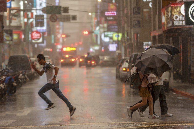 目前台灣最大的四個問題包含氣溫不斷上升、降雨的區域分布越來越不平均、海平面上升以...