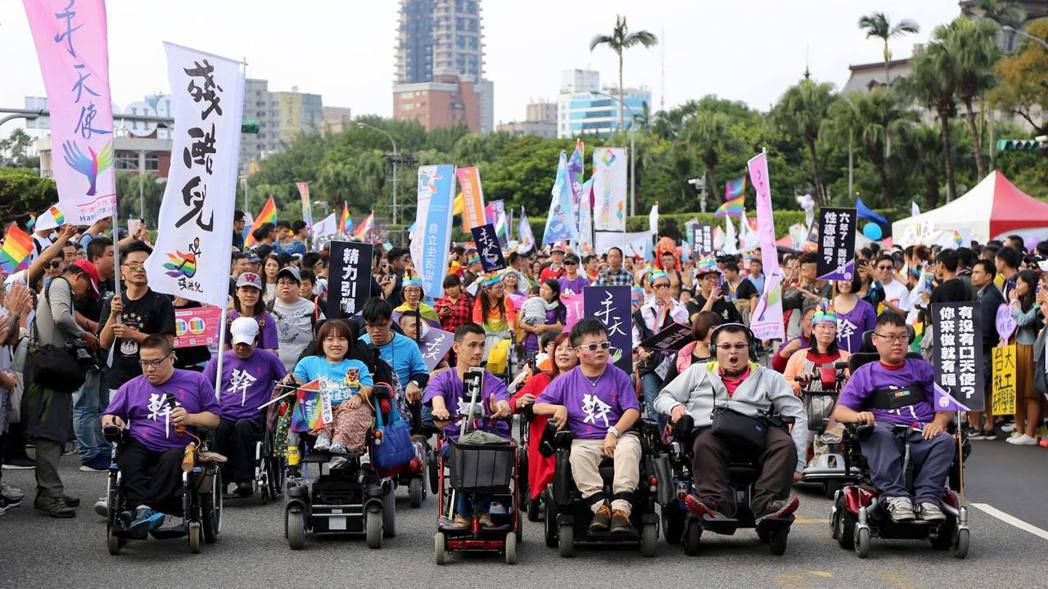 2017的台灣同志遊行,各公民團體組成「障嘆Seafood掃礙大隊」共同參與。 ...